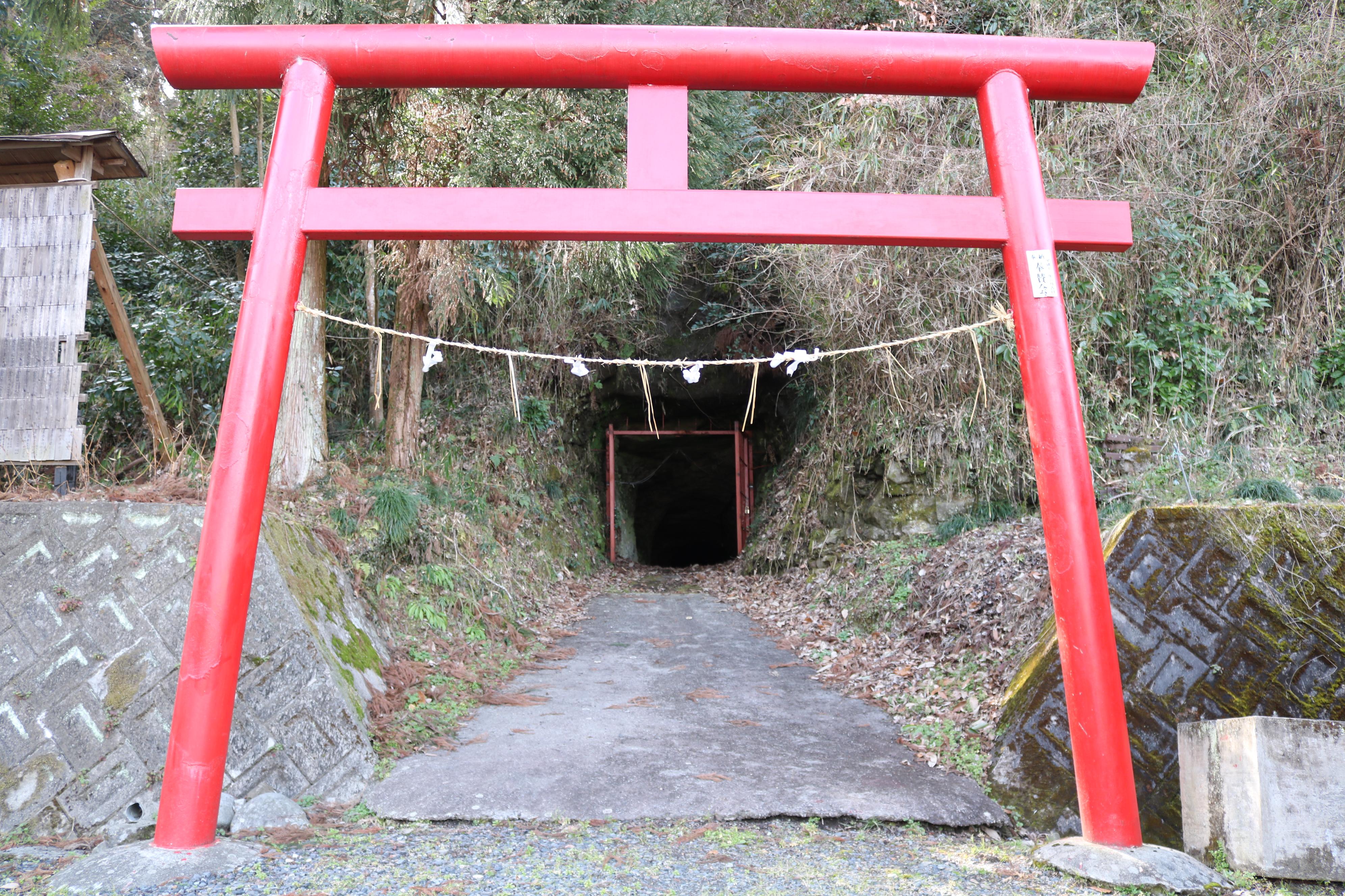 お千代保稲荷の下の洞窟